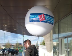 Street marketing avec un ballon publicitaure portable