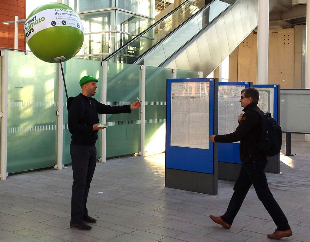 Opération de street marketing avec un ballon sac à dos : distribution de flyers