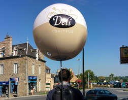 Un ballon sur un sac à dos pour le street marketing de Déli Traiteur